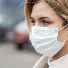 COVID-19 persirgę žmonės vis tiek turi dėvėti kaukę: gali pernešti virusą