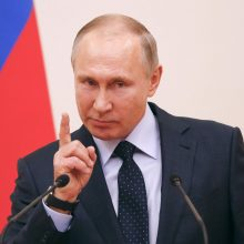 Vis mažiau rusų pasitiki V. Putinu