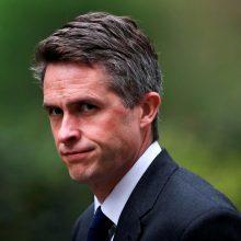 """Britanijos gynybos ministras atstatydintas kilus skandalui dėl """"Huawei"""""""