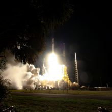 """Po dviejų atidėtų startų į kosmosą skrieja krovininė kapsulė """"Dragon"""""""