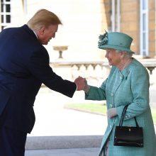Karalienė Elizabeth II pasitiko D. Trumpą Bakingamo rūmuose