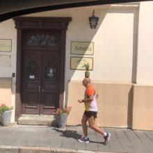 Kauno senamiestyje – neįprastai pasipuošęs bėgantis vyras <span style=color:red;>(vaizdo įrašas)</span>