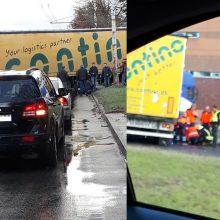 Vilniuje – baisi avarija: po vilkiko ratais palindo motociklas