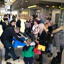 Kauno autobusų stotyje pareigūnai dovanojo atšvaitus