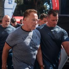 Užpuolė renginį vedusį A. Schwarzeneggerį: pašokęs vyras koja smūgiavo į nugarą