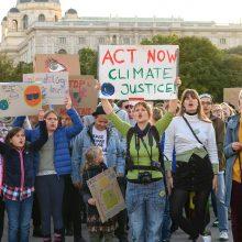 Pasaulio miestų gatves užplūdo prieš klimato pokyčius protestuojantys moksleiviai