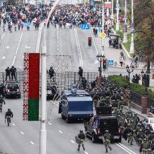 Paskutinę opozicijos ultimatumo dieną A. Lukašenkos rezidenciją saugo šarvuočiai