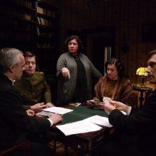 Stingant autentiškos vaizdinės medžiagos, filmas praturtintas vaidybine dokumentika. Nuotraukoje centre – R.Kudzmanaitė.