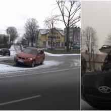 """Per avariją BMW pakibo ant saugumo salelės, o """"Toyota"""" atsidūrė ant šaligatvio"""
