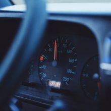 Vyras greitį viršijo 60 km/val. ir teisinosi, kad sugedęs automobilio spidometras