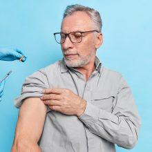 Ekspertai rekomenduoja senjorus skiepytis įkalbinėti individualiai
