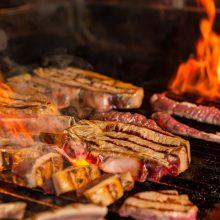 Per karantiną lietuviai užkūrė ugnį kepsninėse: tautiečiai noriai išbando naujus patiekalus