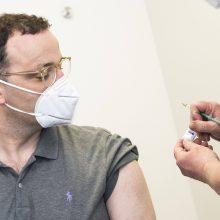 """Vokietijos sveikatos ministras pasiskiepijo """"AstraZenecos"""" vakcina"""