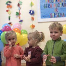 Vaikai praeiviams dalijo ir šypsenas, ir savo darbelius
