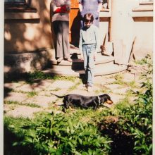 1996 m.: Dainos mama su anūku Kęstučiu, seserimi Jūra ir taksų veislės kalyte Nike prie J.Papečkio namų.