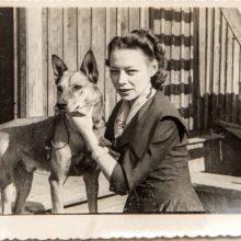 1956 m.: Dainos mamos sesuo Jūra Sibire su šunimi Aru, kurį turėjo ten palikti grįždama į Lietuvą.