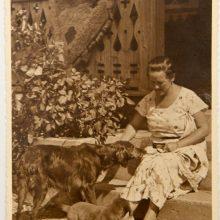 1932 m.: J.Papečkio žmona tėviškėje, Šaukotuose, su čia gyvenusiais šunimis.