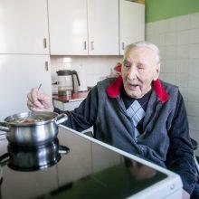Kiekvieną rytą ilgaamžis pats verda mėgstamą košę, pasišildo jam atneštus pietus ar vakarienę.