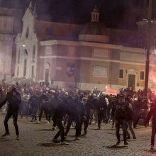 Italijoje protestuotojai prieš COVID-19 apribojimus susirėmė su policija