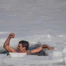 Rekordas: po ledu panėręs čekas įveikė 80 metrų atstumą