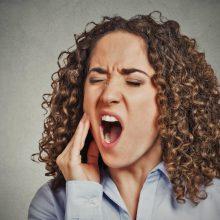 Po dantų rovimo pasireiškė komplikacijos: moteris skausmą kentė vienuolika metų