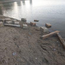 Lampėdžio ežero pakrantėje – netvarka: kodėl batutų parkas nesusirinko blokų?