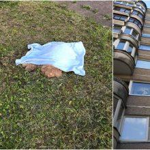 Kraupi situacija: žmonės šalia daugiabučio rado negyvą šunį, šeimininkė – girta
