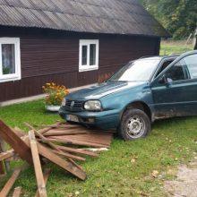 Vilniuje pareigūnai sustabdė girtus vairuotojus, taranavusius namo tvorą