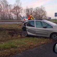 Slidūs keliai tapo išbandymu vairuotojams: fiksuojamos nelaimės, vertėsi ne vienas automobilis