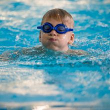 Plaukimo trenerė pataria: vanduo neturi kelti vaikui streso