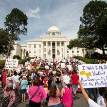 JAV Alabamos valstijoje šimtai žmonių protestavo prieš abortų draudimo įstatymą