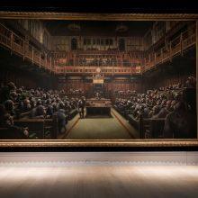 Parlamentą su šimpanzėmis vaizduojantis Banksy paveikslas parduotas už 9,8 mln. svarų