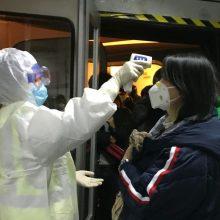 Visoje Kinijoje viešajame transporte imamasi priemonių koronavirusui aptikti