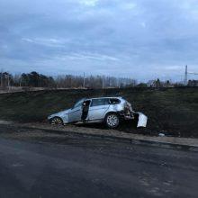 Avarija Ateities plente: BMW automobilis nuskriejo nuo kelio