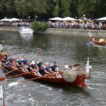 """Dangės upėje – azartiškosios """"drakonų"""" valčių lenktynės"""