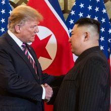 """D. Trumpas tvirtina, kad jo santykiai su Kim Jong Unu yra """"labai geri"""""""