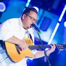 Neįgaliam sūnui dainą sudainavęs malaizietis nepaliko abejingų