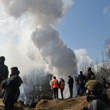 Įtampa dėl Kašmyro: Pakistanas uždarė oro erdvę, sako nenorįs karo su Indija