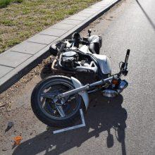 Sostinėje – skaudi motociklo ir automobilio kaktomuša: nukentėjo senjoras