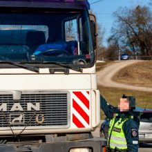 Girtas vilkiko vairuotojas pareigūnams siūlė 20 tūkst. eurų kyšį