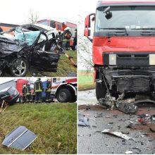 """Netoli Panevėžio susidūrė du vilkikai ir """"Mercedes-Benz"""" automobilis: nukentėjo žmogus"""