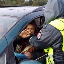 Šeštadienio vakarą – girtų vairuotojų bumas: vienas atsitrenkė į priešais stovėjusį automobilį