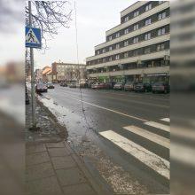 Vienoje Klaipėdos perėjoje – pavojingai pakibę kalėdiniai papuošimai
