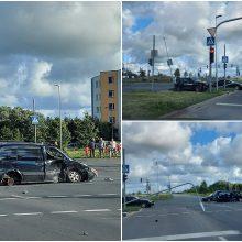 """Klaipėdoje – BMW ir """"Opel"""" avarija: po smūgio girtas vairuotojas išvežtas į ligoninę"""