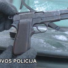 Plungės rajone aptiko neteisėtai laikomą ginklą, kontrabandinių cigarečių ir naminės degtinės