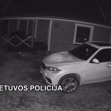 Kretingos rajone BMW vairą bandęs pavogti vyras nuo pareigūnų spruko per dirvas
