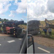 Netoli Klaipėdos apvirto traktorius: vairuotojui prireikė medikų pagalbos