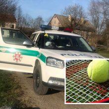 """""""Aristokratų"""" sportas: vyrams už lauko tenisą karantino metu – bauda bent po 250 eurų"""