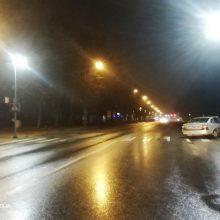 Praėjusi para keliuose: tamsiuoju paros metu žuvo pėsčiasis