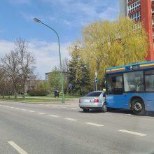 """Neeilinė avarija Taikos prospekte: autobusas rėžėsi į """"Audi"""" automobilį"""